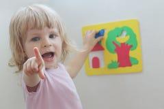 使用与难题的愉快的小女孩 图库摄影