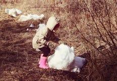 使用与雪的一个小女孩户外在冬天 库存照片