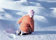使用与雪的一个小女孩户外在冬天 免版税库存照片