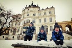 使用与雪的三个男孩由大别墅 库存照片