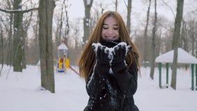 使用与雪的女孩在公园 影视素材