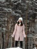 使用与雪的女孩在公园 库存照片