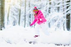 使用与雪的孩子在冬天 户外孩子 免版税库存照片