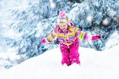 使用与雪的孩子在冬天 户外孩子 免版税库存图片