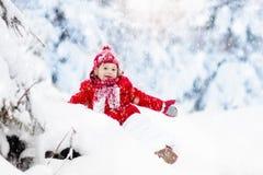使用与雪的孩子在冬天 男孩在多雪的公园 库存图片
