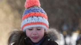 使用与雪的小女孩在冬天 股票视频