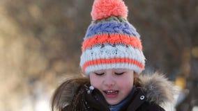使用与雪的小女孩在冬天 股票录像
