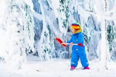 使用与雪的小女孩在冬天 免版税图库摄影