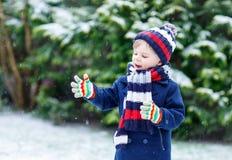 使用与雪的小男孩在冬天,户外 库存照片