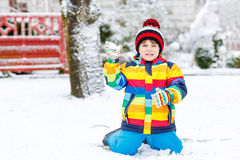 使用与雪的小男孩在冬天,户外 免版税库存照片