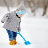 使用与雪的美丽的小孩男孩 库存图片