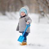 使用与雪的美丽的小孩男孩 免版税库存照片