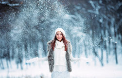 使用与雪的逗人喜爱的女孩 免版税库存照片
