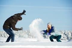 使用与雪的年轻peolple在冬天 免版税库存图片