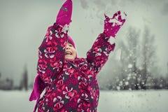 使用与雪花的女孩在冬天森林里 免版税库存照片