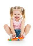 使用与音乐玩具的孩子 免版税库存照片