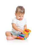 使用与音乐玩具的婴孩 免版税库存照片