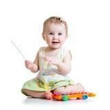 使用与音乐玩具的微笑的孩子 免版税库存照片