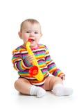 使用与音乐玩具的滑稽的女婴被隔绝 免版税库存照片