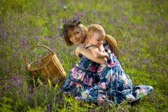 使用与领域的女儿的愉快的母亲 免版税库存照片