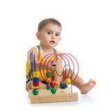 使用与颜色教育玩具的俏丽的孩子男孩 免版税库存照片
