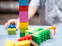 使用与颜色玩具块的孩子 免版税库存图片