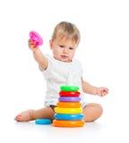 使用与颜色玩具的可爱的婴孩 免版税库存图片