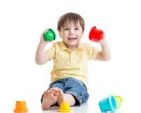 使用与颜色玩具的微笑的儿童男孩 库存照片
