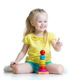 使用与颜色金字塔玩具的儿童女孩 库存照片
