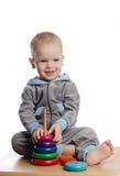 使用与颜色金字塔玩具的逗人喜爱的男孩 库存图片