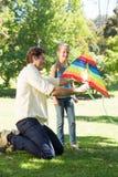 使用与风筝的父亲和女儿 免版税图库摄影