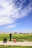 使用与风筝的观点的三个约旦男孩在阿曼城堡,约旦 库存照片