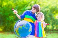 使用与飞机和地球的美丽的孩子 免版税库存图片