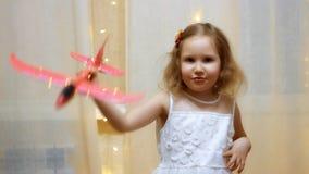使用与飞机的孩子 飞行和旅行概念 女婴飞行员 股票录像