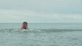 使用与飞溅的快乐的愉快的女孩在海慢动作股票英尺长度录影的水 股票录像