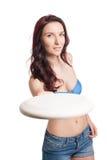 使用与飞盘的年轻愉快的妇女 免版税库存图片