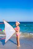 使用与飞行风筝的小可爱的女孩  库存图片