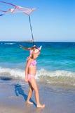 使用与飞行风筝的小可爱的女孩 库存照片