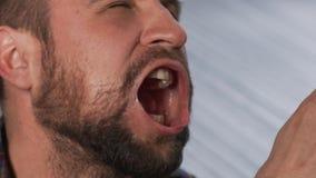 使用与高压空气指向在慢动作的嘴的有胡子的人 股票视频