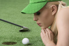 使用与高尔夫球的女孩的,她在那吹 免版税库存图片