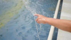 使用与水喷气机的孩子在喷泉的 蝴蝶日草夏天晴朗的swallowtail 户外乐趣和比赛 股票视频