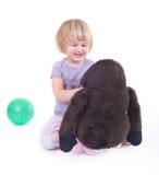 使用与猴子玩偶的孩子 库存图片