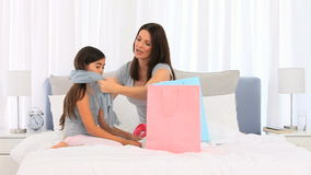 使用与围巾的母亲和女儿 股票视频
