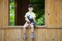 使用与水枪的男孩在公园 免版税图库摄影