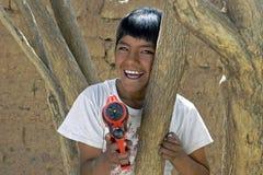 使用与水枪的玻利维亚的男孩画象 免版税库存图片