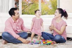 使用与他们的女儿的愉快的父母 库存照片