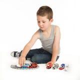使用与他的火车集合的小男孩 免版税库存照片
