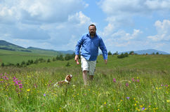 使用与他的狗的人 免版税库存图片