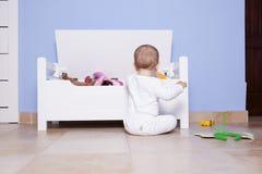 使用与他的玩具树干的男婴 免版税库存照片