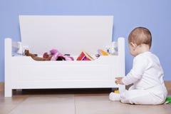 使用与他的玩具树干的男婴 免版税库存图片